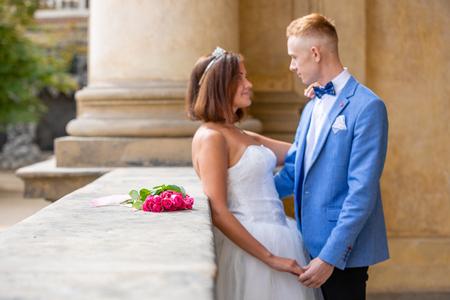 Charming newlywed couple in Wallenstein garden in Prague in Czech Republic Foto de archivo - 121436065