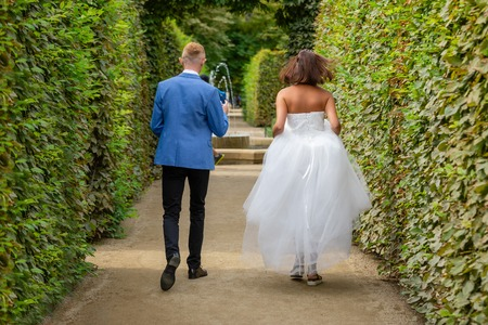 Charming newlywed couple in Wallenstein garden in Prague in Czech Republic Foto de archivo - 121436068