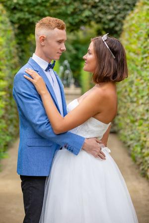 Charming newlywed couple in Wallenstein garden in Prague in Czech Republic Foto de archivo - 121436069