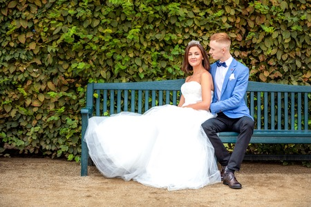 Charming newlywed couple in Wallenstein garden in Prague in Czech Republic Foto de archivo - 121436072