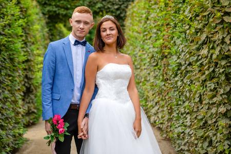 Charming newlywed couple in Wallenstein garden in Prague in Czech Republic Foto de archivo - 121436077