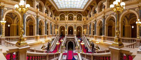 Praga, Republika Czeska - 6.05.2019: Wnętrze Muzeum Narodowego w stylu neorenesansowym, niedawno odnowiony w 2018 r., znajduje się na Placu Wacława w Pradze, Republika Czeska