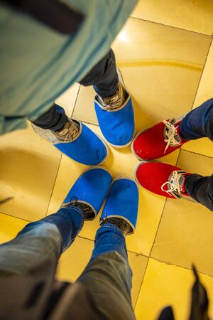 People feet in blue and red slippers, tourists going to the excursion in old czech castle Banque d'images - 125335762