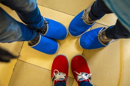 People feet in blue and red slippers, tourists going to the excursion in old czech castle Banque d'images - 125335764