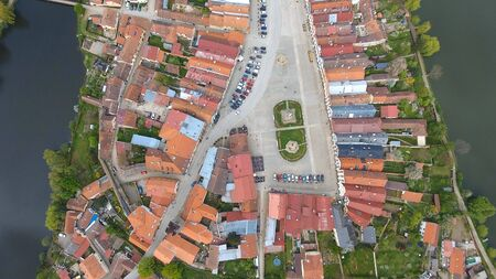 Aerial view of colorful buildings with red tile roofs at the medieval square and Old Castle in Telc in Czech Republic Banque d'images - 125335979