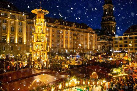 Dresden, Alemania - 9.12.2018: la gente visita el mercado navideño Striezelmarkt en Dresden en Alemania Editorial