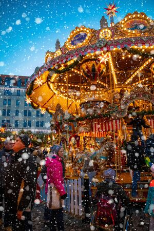 Dresden, Germany - 9.12.2018: Christmas carousel at night on Market Striezelmarkt in Dresden in Germany 新聞圖片