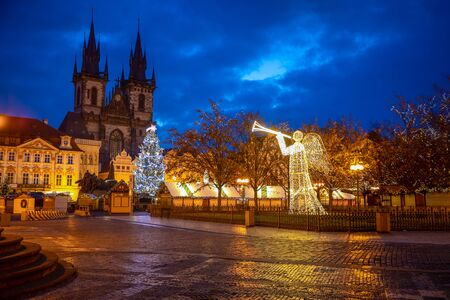 Prague, Czech Republic - 3.12.2019: Christmas market with Christmas tree on the Old Town square in Prague at early morning when all stands are still closed, Czech Republic 版權商用圖片 - 135828686