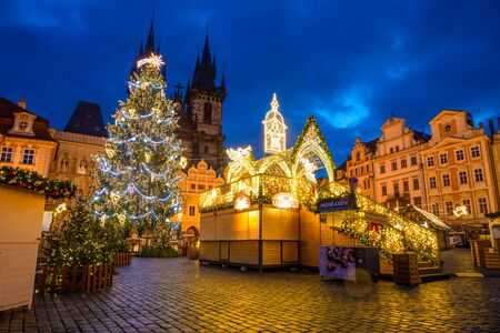 Prague, Czech Republic - 3.12.2019: Christmas market with Christmas tree on the Old Town square in Prague at early morning when all stands are still closed, Czech Republic 版權商用圖片 - 135828688