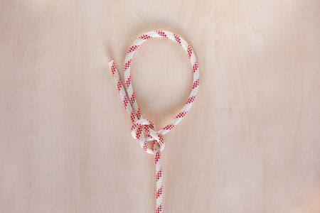 Bowline ship knot on wooden background, boating knot Banco de Imagens - 140093919
