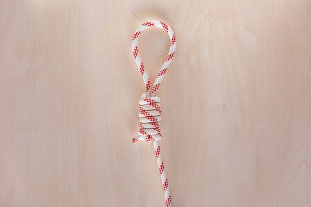 Hangmans ship knot on wooden background, boating knot Banco de Imagens - 140093930