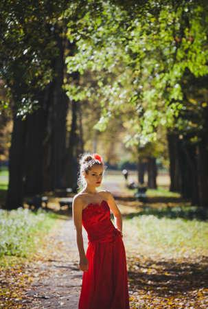 arroganza: modello in abito rosso