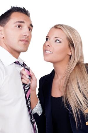 acoso laboral: El acoso en el lugar de trabajo con una jefa o supervisor coqueteando con un trabajador de sexo masculino agarrar la corbata en la mano y tirando de �l cerca en contra de su voluntad aislados en blanco