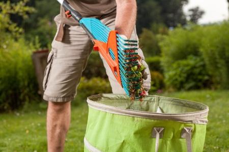 the yards: Un jardinero se va a tirar las hojas viejas Foto de archivo