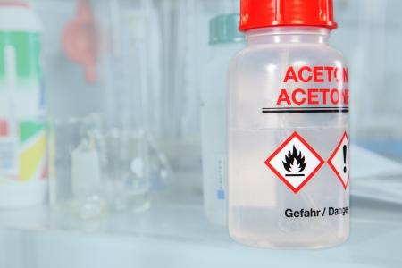 injurious: Una botella Aceton en un laboratorio