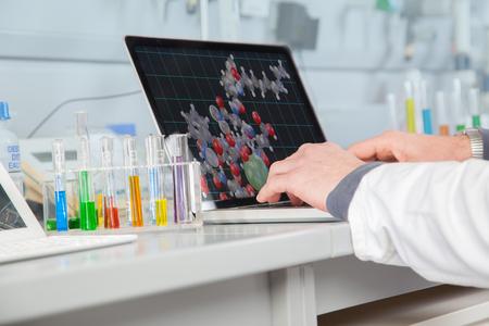 verify: Il Chemist sta lavorando su un dispositivo elettronico per verificare la struttura atomical di alcuni liquidi
