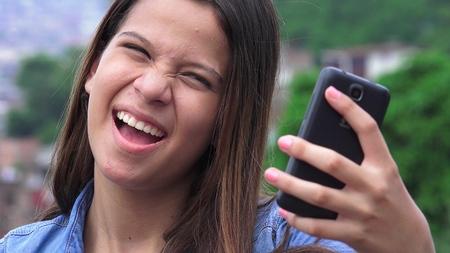 niños actuando: Bastante adolescente niña posando para selfies Foto de archivo