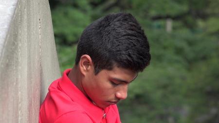 avergonzado: Problemático adolescente hispánico Hombre desesperado y avergonzado