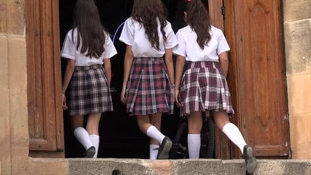 Catholic School Girls entrar y salir de la iglesia Foto de archivo