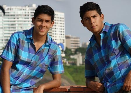 双子の兄弟を装った十代の少年 写真素材 - 73751714