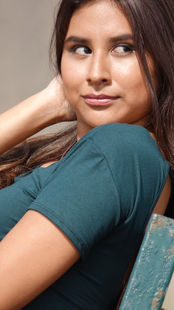 leer: Beautiful Teenage Girl Staring