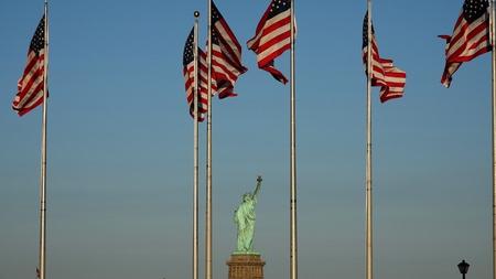자유와 우리 깃발의 동상