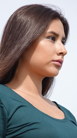 leer: Youthful Girl Staring
