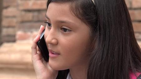 niños platicando: Girl Talking On Phone Foto de archivo