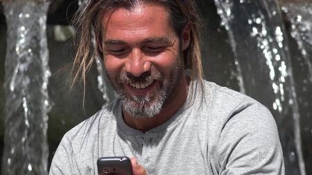 Europese man praten over telefoon