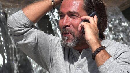 Man praat over telefoon
