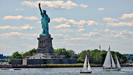 Zeilboten en Statue Of Liberty Stockfoto