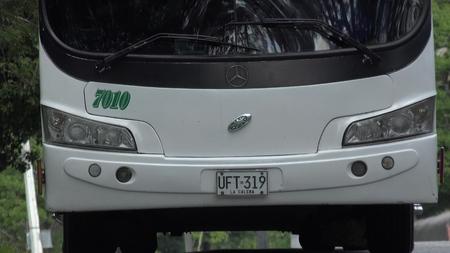 バスとヘッドライト 報道画像