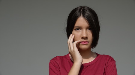 Ernstige jeugdige tiener meisje