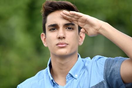 Burgerlijke mannelijke groetende militaire steun Stockfoto