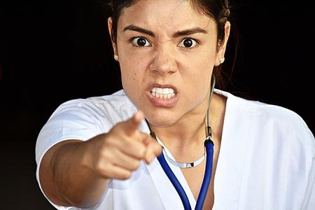 Hermosa mujer enfermera y la ira