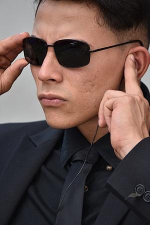 Hispanic Fbi Agent Listening Wearing Sunglasses Banco de Imagens