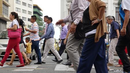 People Walking On Crosswalk Redactioneel