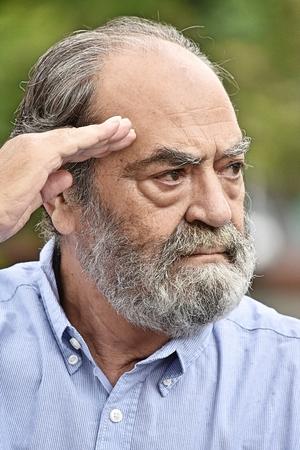 Oude man senior groet burger gepensioneerde dierenarts