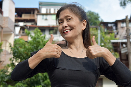 Female Senior With Thumbs Up Foto de archivo - 115759631