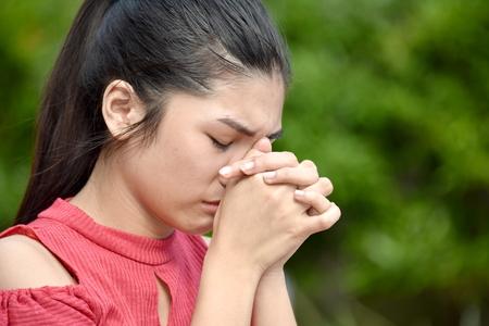 Hübsche philippinische Jugend im Gebet