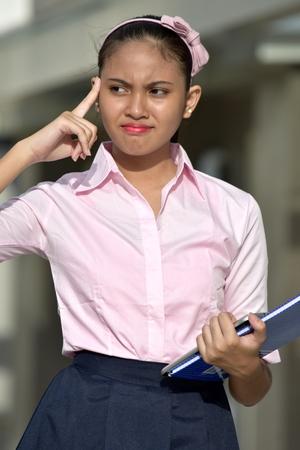 Giovane studentessa eterogenea Adolescente School Girl Processo decisionale