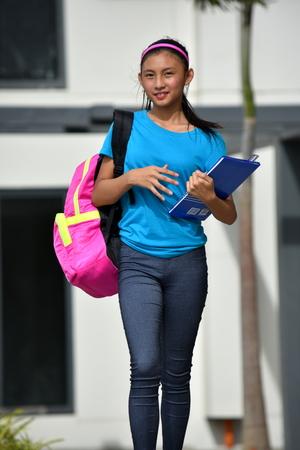 Studente Adolescente Scuola Ragazza E Felicità Camminare