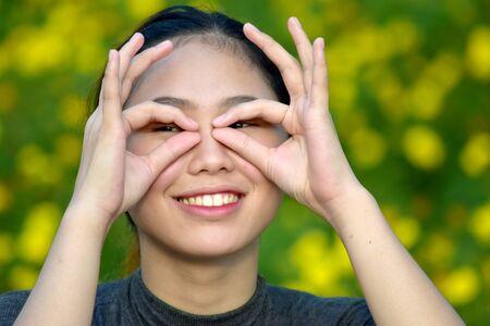 Młoda azjatycka kobieta patrząca