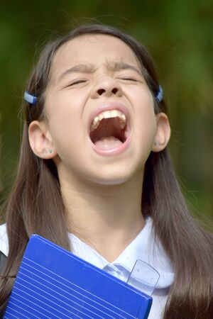 Giovane studente asiatico bambino e ansia che indossa l'uniforme scolastica Archivio Fotografico