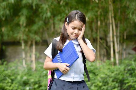 Studentessa depressa della minoranza cattolica che indossa l'uniforme