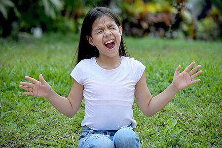 Une petite femme surprise Banque d'images