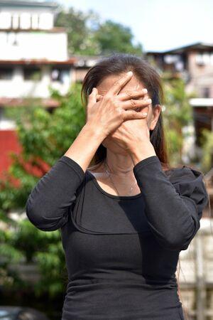 Una donna anziana filippina che si vergogna