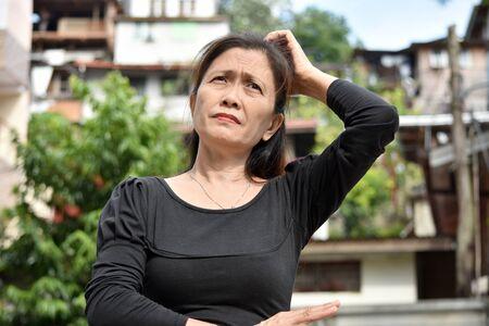 Ein weiblicher Senior und Verwirrung