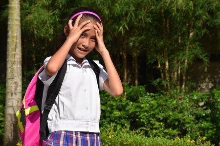 Studentessa asiatica sotto stress che indossa l'uniforme scolastica