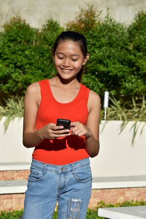 Happy Teen Girl With Cell Phone Imagens